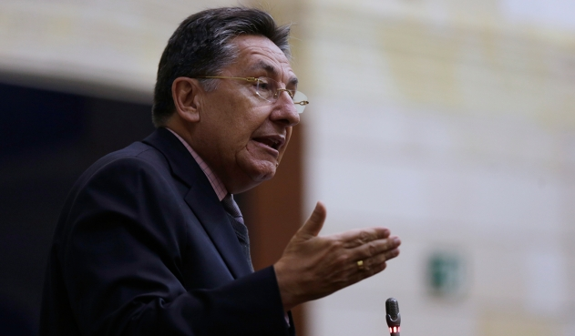 "Néstor Humberto Martínez negó ""chuzadas"" al proceso de paz"