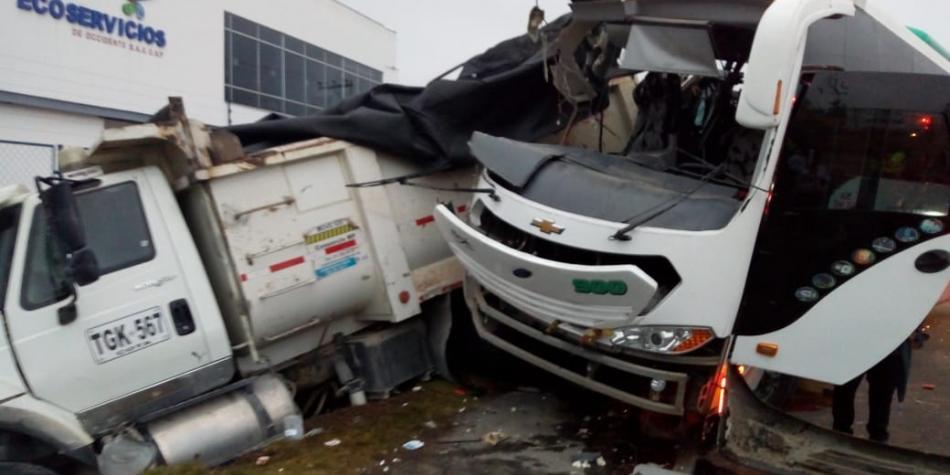 Accidente en autopista Bogotá – Medellín deja dos muertos y más de 30 heridos