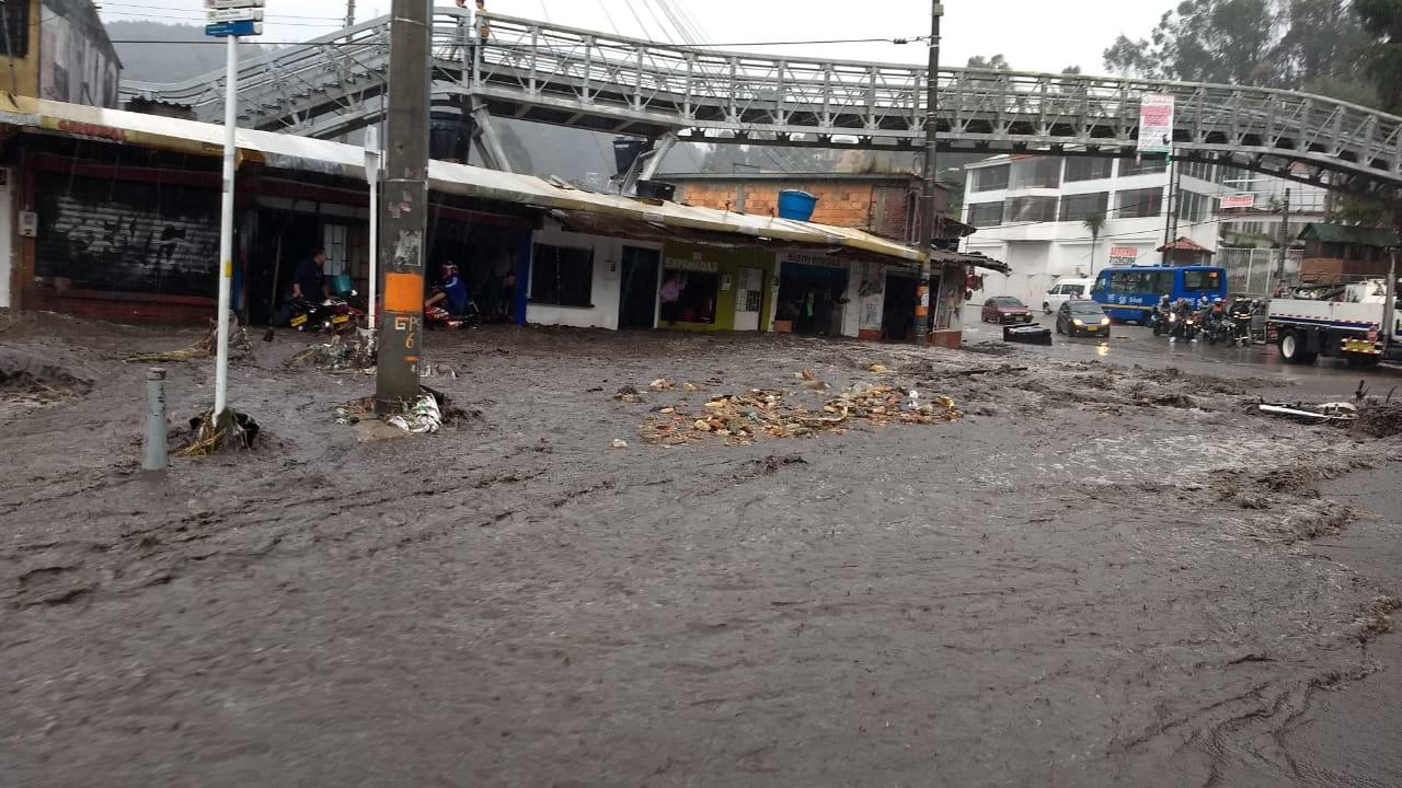 Movilidad en vía La Calera colapsa por fuertes lluvias