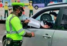 policías en la vía