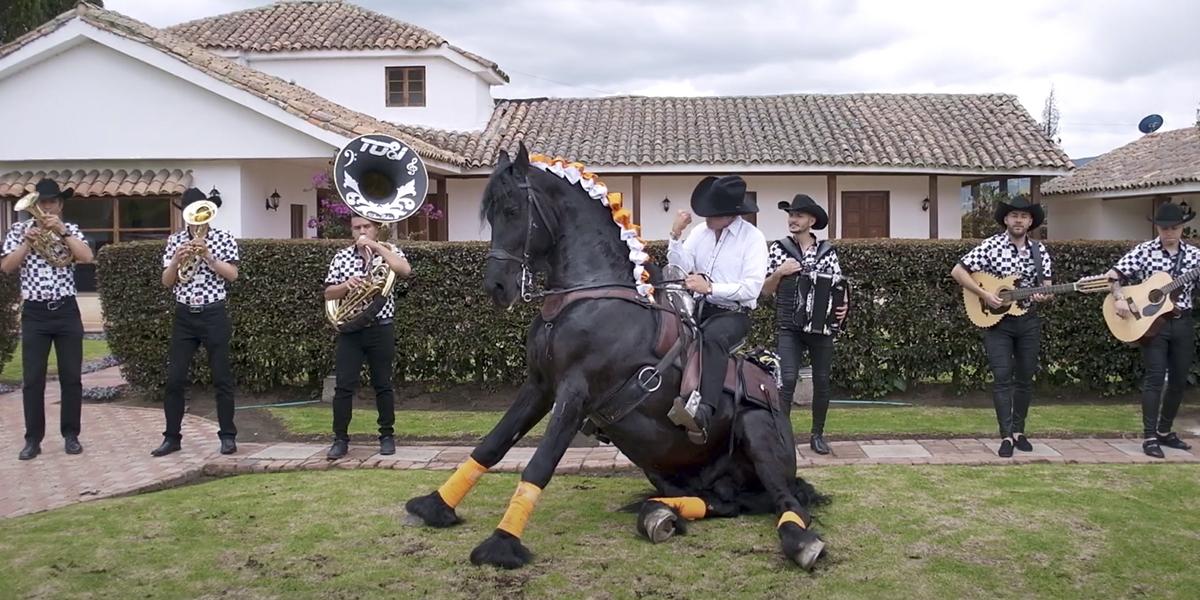 """El caballero de la ranchera, llega con un clásico de cantina """"No tiene nombre"""""""