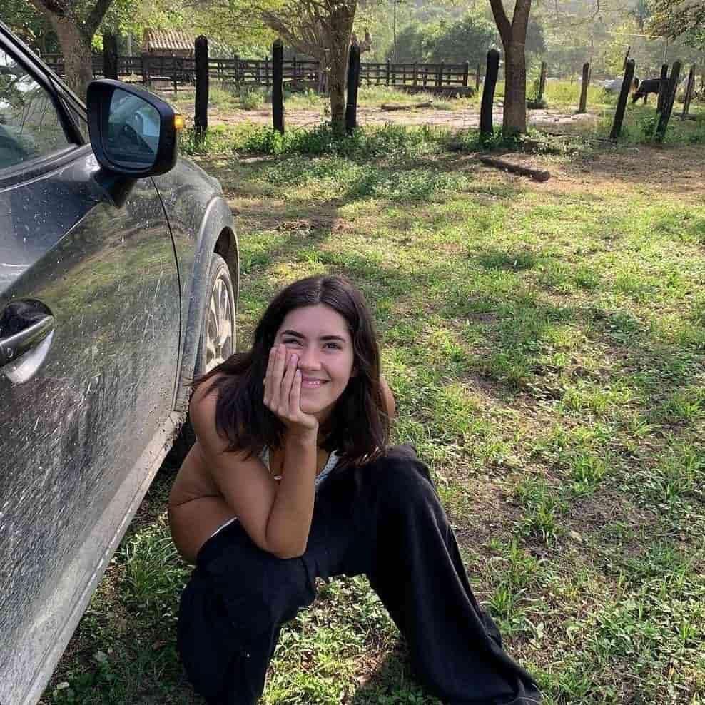 Desatinada publicación de Paulina Vega orinando en la carretera