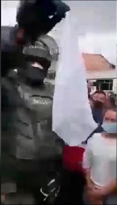 Con pañuelo blanco agente Esmad pide evitar peleas en protestas